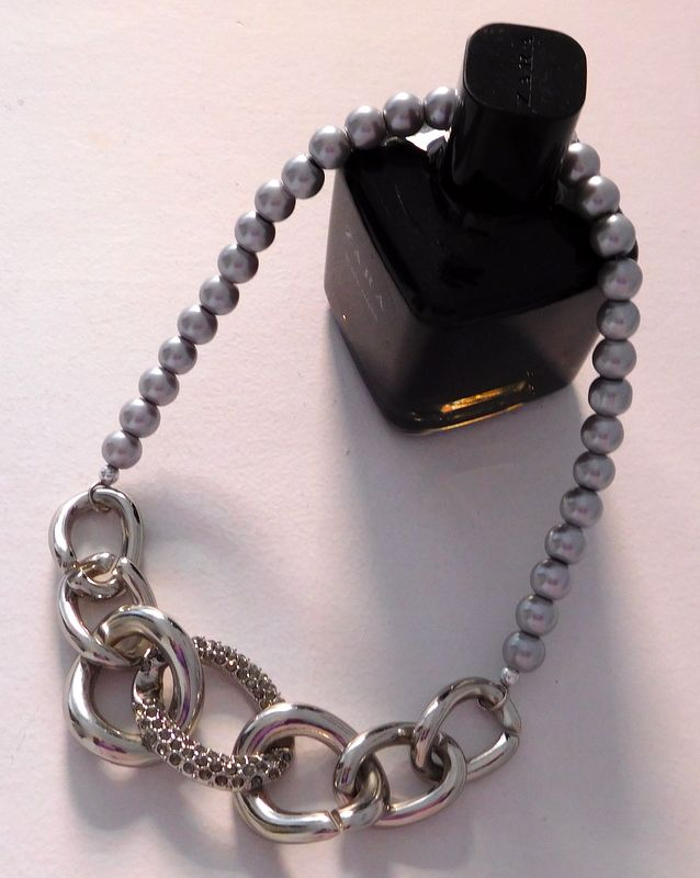 Alma mía by josefina Muñoz Collar de perlas color gris con importante detalle en el frente
