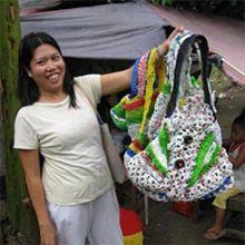 """Il progetto """"Invisible Sisters"""" di Ann Wizer nasce dall'osservazione della vita nei sobborghi più poveri di Manila dove l' #immondizia si accumula inesorabilmente tra dimore fatiscenti e abitanti che non hanno molte possibilità lavorative. Così, sfruttando il gran numero di rifiuti di #plastica della capitale, le venne l'idea di ridurre i sacchetti in sottili strisce da lavorare all'uncinetto per creare delle borse e delle tovaglie.  #RicicloEquo e #RicicloCreativo su @marraiafura"""