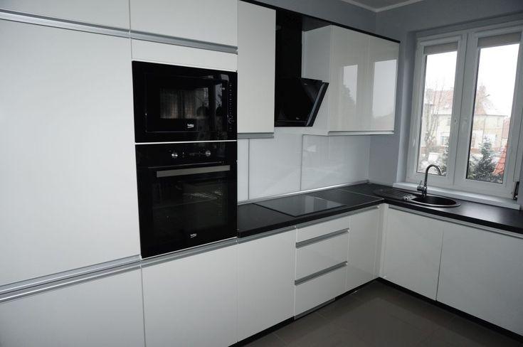 Nowoczesne meble kuchenne #meblekuchenne #kuchnia #białakuchnia #frontyakrylowe #meblenawymiar #filmarmeble #furniture #kitchen #floortiles #design #homedecor #beko #lacobel #czarnyokap #czarnyblat