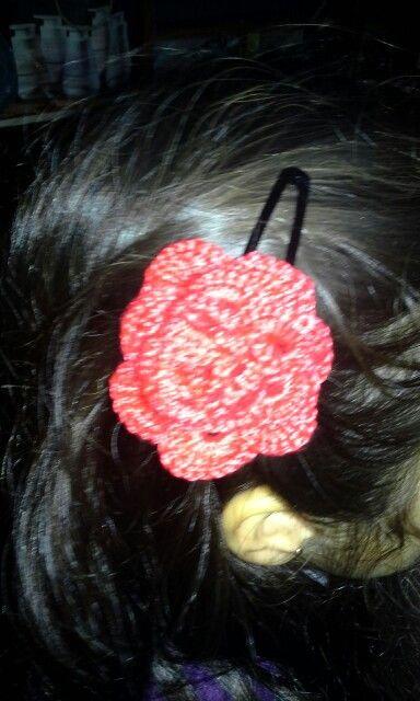 Pinche con flor a crochet