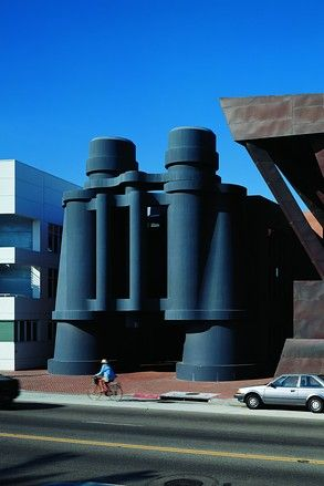 "1991 Claes Oldenburg and Coosje van Bruggen, ""Binoculars,"" 1991, (Venice, Los Angeles, California). Edificio di Frank O. Ghery. Attualmente sede della Google."
