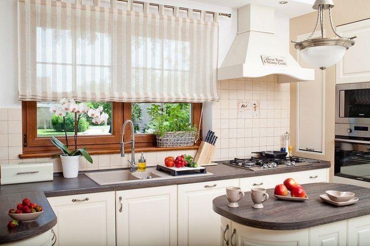 stores romains en beige clair à rayures verticales, armoires de cuisine blanches, plan de travail en bois brun