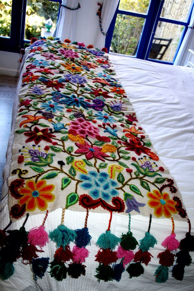 Piecera bordada. My bed - bright embroidered flower bedspread so pretty
