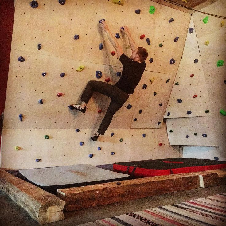 Testing our new boulderwall that is finally ready, just for this hazy middle season between summer and winter. Not quite @nalle_hukkataival at #lappnor in our backyard though. #stromforsoutdoor #bouldering #visitloviisa #theoutdoorfactory #climbing