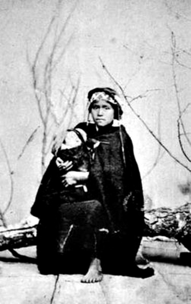 Madre mapuche / Año 1890. - Mapuche mother holding her baby / ca. 1890