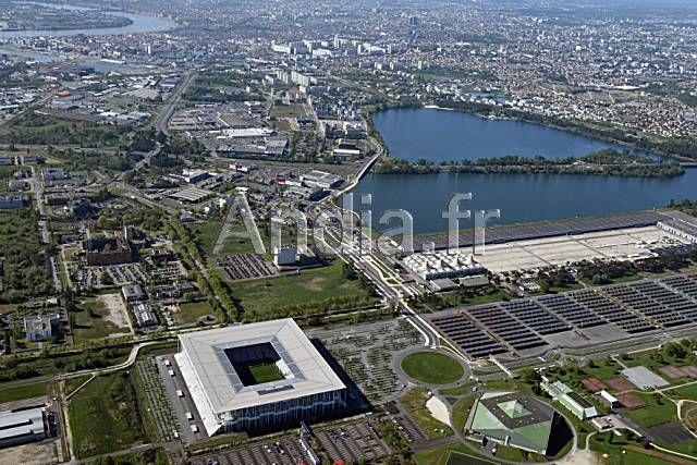 Bordeaux (33). Vue aérienne partielle de la ville avec au premier plan, à Bordeaux Lac, le nouveau stade Matmut Atlantique qui héberge l'équipe de football des Girondins de Bordeaux et accueillera des matchs de l'Euro 2016.