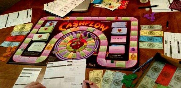 """CASHFLOW101 """"Cuando tenía nueve años, mi padre rico comenzó a enseñarme los principios para convertirse en rico. Empezó con razones simples y luego jugaba Monopolio conmigo durante horas. Decía que: La fórmula para una gran riqueza se encuentra en este juego de mesa. La fórmula es cambiar cuatro casas verdes por un hotel rojo"""" Robert Kiyosaki - El juego del dinero. Juega al monopolio con esteroides y piensa en grande."""