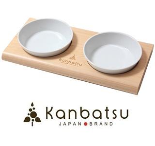 【Kanbatsu】トゥーミールダブルディッシュ(犬のフードボウル)  Kanbatsu(間伐材を使用した犬用品のブランド)シリーズのフードボウルです。国産ひのき間伐材を使用しており、美濃焼の器が中央に2つ鎮座しております。器はもちろん取り外し可能でお手入れも簡単です。犬も飼い主も木の香りを感じながら気持ち良くお食事できることでしょう。片方をディッシュボウル、もう片方をお水用や多頭飼いの方は2匹で兼用したり工夫次第で用途も広がります。