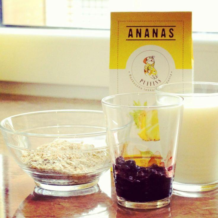 Podstawowe składniki to: - płatki owsiane - jagody mrożone - mleko - ananas od Puffins