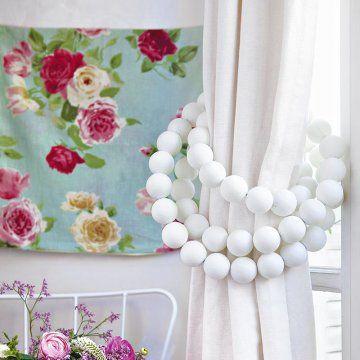 Une embrasse à rideaux home made en balles de ping pong, détournement / upcycling, curtain tiebacks