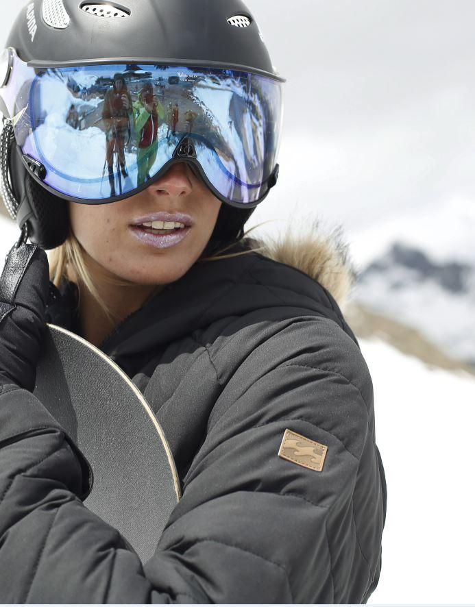 Zeig deinen Style auf den schönsten Pisten von St.Moritz bis La Plagne: Die Skijacke von Billabong überzeugt sowohl mit ihrem modernen Design und der abnehmbaren Kapuze aus Kunstfell als auch mit hervorragenden Funktions- und Wärmeeigenschaften.