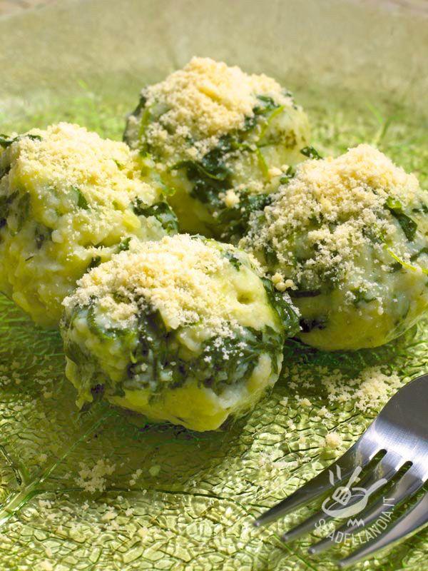 Gli Gnudi spinaci e ricotta con burro e salvia sono un piatto buonissimo e molto facile da preparare, tipico della tradizione gastronomica toscana.
