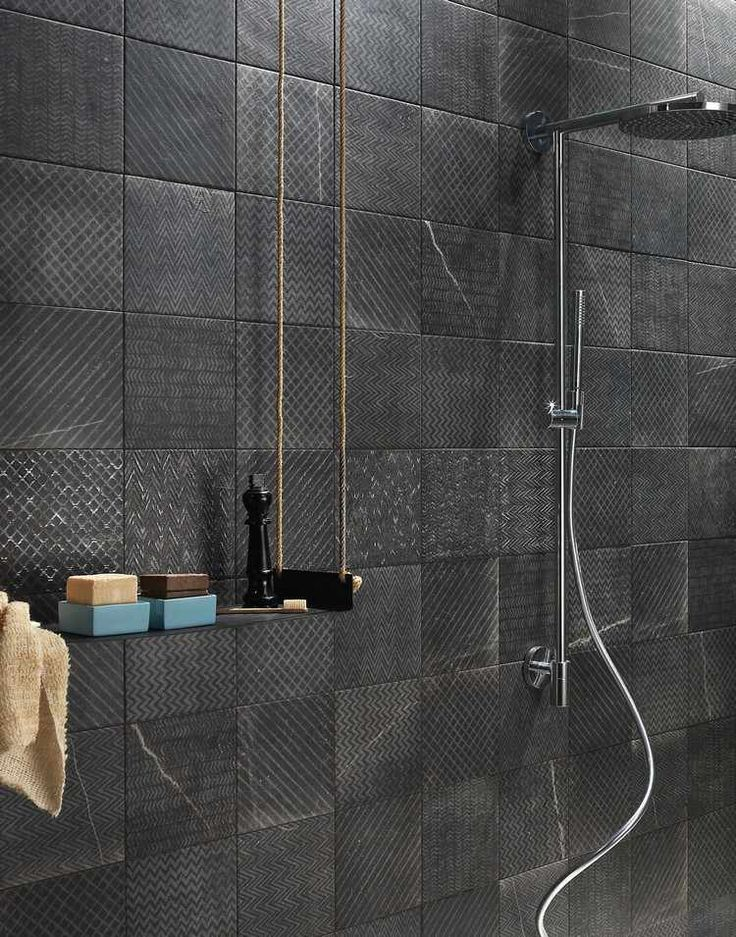 carrelage mural salle de bain noir à motifs dorés et douche en acier inox - design par Fap ceramiche