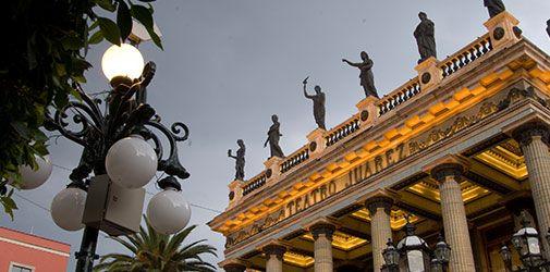 Cuna de la Independencia, Guanajuato tiene mucho brindarte, disfruta de las tradicionales callejoneadas que se dan cita frente al templo de San Diego, transportarte al pasado al entrar el bellísimo teatro Juarez y admirar su techo bellamente decorado.
