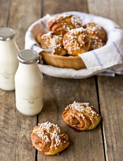 Milk and fresh bun. Lasi maitoa ja tuore korvapuusti, nam.