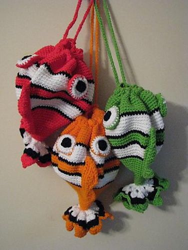 Ravelry: Appliejuice's Something's Fishy purses. Absolutely adorable! What a great gift for children to carry activities/toys in on long trips....not to mention great lunch tote!  ¯\_(ツ)_/¯