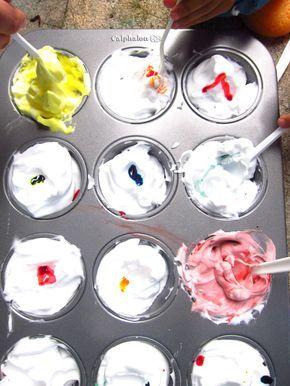 Pintura con crema de afeitar:  Necesitas:  Crema de afeitar.  Colorantes vegetales (o puedes usar pintura de dedos)  Pinceles (opcional con las manos es suficiente)  Papel  Moldes para la pintura (o con vasos plásticos para mezclar la pintura)