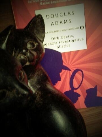 Con Douglas Adams le risate non mancano mai ed anche in Dirk Gently, agenzia investigativa olistica, non si smentisce.   Il surreale investigatore si troverà ad aiutare un suo vecchio amico del college, nel dimostrare la sua innocenza in un caso di omicidio. Cercherà la soluzione dell'enigma tra fantasmi, alieni, macchine del tempo e un cavallo all'interno di un bagno.