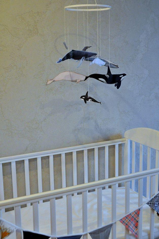 **Kolorowa karuzela z wielorybami rodzicami i wielorybami dziećmi wykonana zgodnie z duchem metody Montessori.**  Wieloryby są **szóstą z serii karuzel Montessori**, którą prezentuje się dziecku...