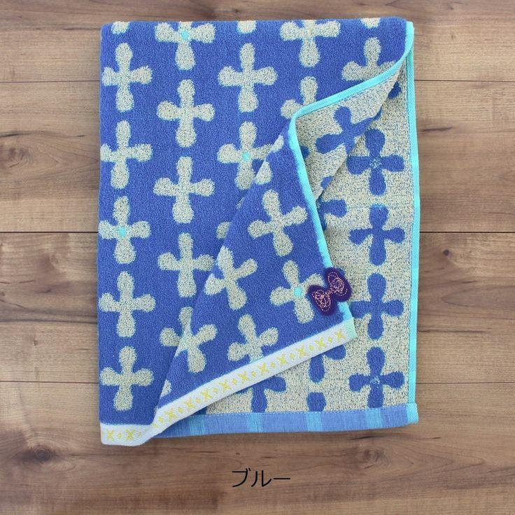 たて糸よこ糸2色の異なる糸を交互に織った、毛違いジャガード織のタオル。裏側は色柄が反転し、リバーシブルタイプになります。耳やアップリケのディティールも素敵です。デザインと吸水性にこだわった、やわらかいボリューム感をお試しください。【ピケ】 お花のようにも幾何学にも見えるモチーフ。 あしらったフェルトは、蝶にもリボンにも見えます。 程よいスモーキーカラーが、ナチュラルな空気感を演出します。■バスタオル■素材/綿100%■サイズ/約60×120cm■原産国/中国製※お使いのモニターによっては、色目が異なって見える場合があります。※レースや刺繍部分は大変繊細ですので引っ掛け等にご注意ください。ミナペルホネン mina タオルハンカチ 手ぬぐい 風呂敷 雑貨 小物 子供 キッズ おしゃれ かわいい ギフト 出産祝い 快気祝い 結婚祝い 入学祝い 新築祝い お中元 お歳暮 お年賀 内祝い お祝い プレゼント 婚礼 結婚式 ブライダル 出産 ノベルティ 記念品 粗品  贈り物 お返し 景品 送料無料 北欧