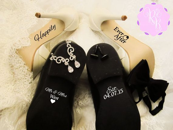 Etiqueta de zapatos de boda Set - feliz siempre después + el nombre y fecha. Un accesorio único y perfecto para el día de su boda. : Talla cada etiqueta un área de: 3,5 x 7 cm (3,5 x 2,8 de) para la novia 5 x 5 cm (2 x 2) para el novio Por favor agregue su nombre y fecha establecida cuando haga el pago. Color blanco y negro (o cualquier color a su elección - Compruebe la segunda imagen para colores disponibles) Son fáciles de aplicar y puede usarse en superficies más planas y lisas. Pa...