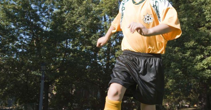 Exercícios de treino de futebol para iniciantes. Ao ensinar futebol para iniciantes, mantenha as expectativas em consonância com o conjunto de habilidades dos jogadores e pratique exercícios básicos defensivos e ofensivos. Concentre-se em técnicas básicas, tais como chutar e driblar de forma adequada, ao invés de conceitos avançados, tais como técnicas de desarme ou goleiro.