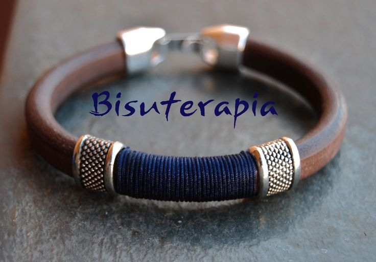 ref 630 Pulsera de hombre en cuero oval de primera calidad color marrón con entrepieza de zamac punteada e hilo de nylon azul marino con cierre de zamac 24€
