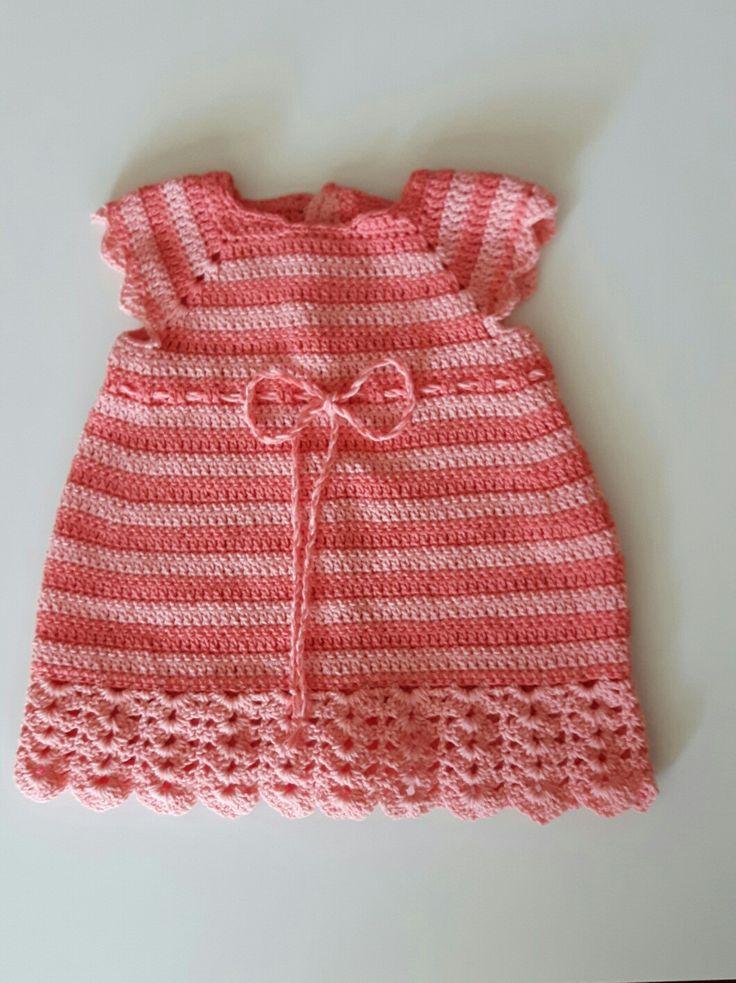 Baby jurkje gehaakt. Drps patroon 25-16. 2 k lk Erren garen gebruikt. Grote applicatie strik heb ik weggelaten.