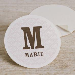 Sluit je enveloppe met deze roze sticker met de initiaal en naam van je dochter en geef er je persoonlijke touch aan. Klik op personaliseer en ontwerp je eigen sticker.