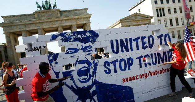 Activistas en Alemania derriban 'muro del odio de Trump' - Azteca Noticias