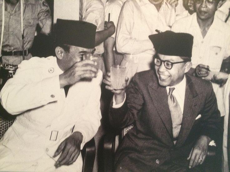 Presiden Soekarno dan Moh. Hatta yang menjadi delegasi RIS ke Den Haag tiba di Kemayoran, Jakarta 3 Januari 1950. (IPPHOS - Antara Foto).