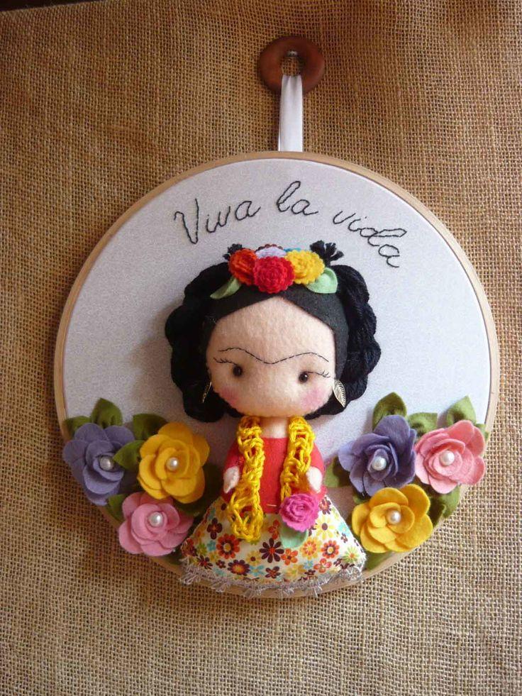 Quadrinho Bastidor Frida Kahklo    31 cm de diâmetro.    Bordado a mão, Frida em Feltro e tricoline.    Aplicações de flores de feltro tecido saia e cor blusa são com cores e tecidos sortidos....solicite tecidos diponíveis para a produção