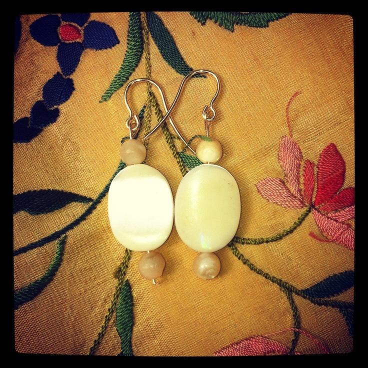 Pendientes de nácar montados en oro #antigüedades #antiques #vintage #pendientes #complementos #earrings #feria #flamenca #invitada #bodas