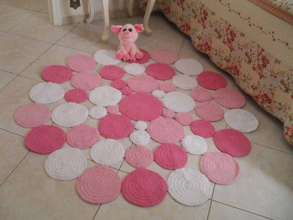 Tapete de croche em bolas desiguais no formato redondo. Medida 1,20 metros nas cores rosa bebê,rosa médio e crú e ao lado um com rosa b.b,rosa médio e branco! Pode ser feito nas cores de sua preferência, e medidas .(outras medidas verificar preços) Dê um visual moderno no quarto de seu bebê. R$ 350,00