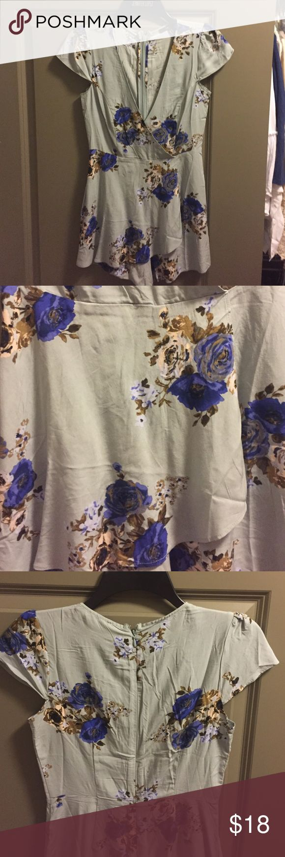 Forever 21 Floral Romper This is a brand new outfit from Forever 21. Unfortunately it is too small for me and I have to sell 😒 it is the perfect Romper to pair with a long nude cardigan! Size small Pants Jumpsuits & Rompers