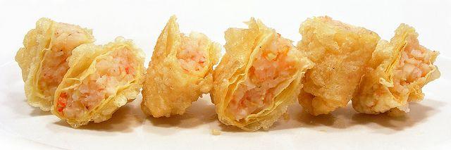 Knapperig gefrituurde tofuvellen gevuld met garnalen