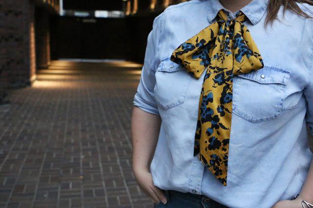 Improvisierte Schluppen-Bluse mit einem zur Schleife gebundenen Seidenschal | Plus Size Fashion Curvy Outfit
