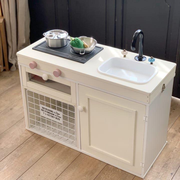 連載 ニトリのカラボとセリア ダイソーグッズで完成 おままごとキッチンをdiy Folk おままごとキッチン 子供用キッチン ままごとキッチン 手作り