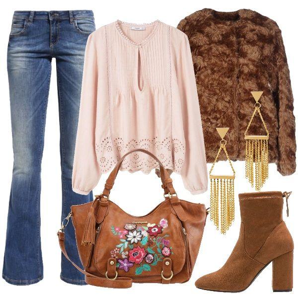 Outfit con forti richiami hippie, composto da jeans a zampa abbinato a camicetta color nude in viscosa, accompagnati da un capospalla in ecopelliccia color cammello. Gli stivaletti hanno tacco medio e comodo, mentre la borsa a mano, marrone in fantasia floreale, è dotata di chiusura a cerniera. Gli orecchini chandelier in color oro completano il look. Loutfit, pratico e comodo, risulta adeguato per il tempo libero, la scuola, serate casual ed ambienti di lavoro informali.