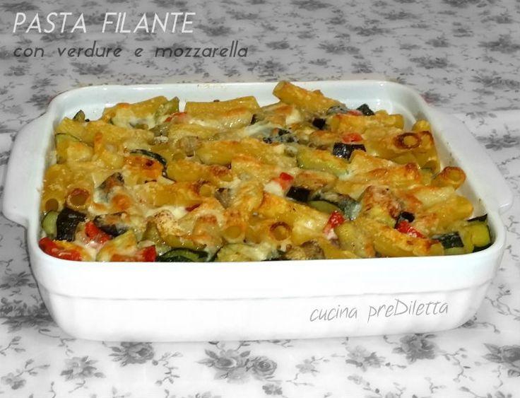 La pasta al forno con verdure e mozzarella è un ricco primo piatto che può costituire anche un saporito piatto unico.