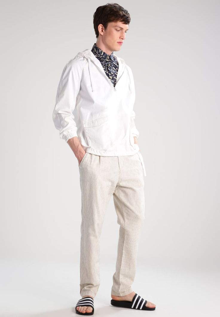 ¡Consigue este tipo de chaqueta básica de Celio ahora! Haz clic para ver los detalles. Envíos gratis a toda España. CELIO GUSOFT Cortaviento blanc: CELIO GUSOFT Cortaviento blanc Ropa   | Material exterior: 55% lino, 45% algodón | Ropa ¡Haz tu pedido   y disfruta de gastos de enví-o gratuitos! (chaqueta básica, basic, basico, basica, básico, basicos, casual, clasica, clasicas, clásicas, clásica, básicos, básica, basic jacke, chamarra básica, veste basique, giacca base)