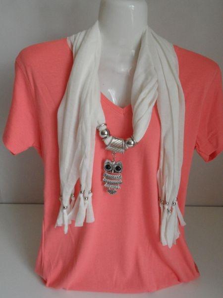 Mooie witte sjaal versierd met trendy uilenhanger. Verkrijgbaar in diverse leuke kleuren.