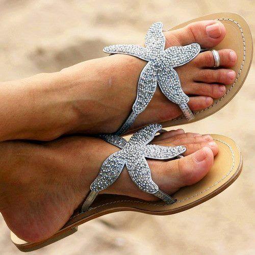 Estas sandalias, están dando vuelta al globo. ¿Te gustan? Si tienes pies hinchados, lee este apunte de la Escuela Huggies: http://www.escuelahuggies.com/ClasesDeBelleza/No-me-entran-los-zapatos--Mis-pies-estan-hinchados-Hay-algo-que-me-pueda-ayudar-.aspx