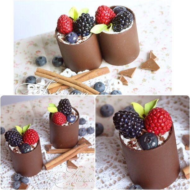 Вкусных завтраков и яркого всем дня! ☕️ (на фото бутафория - муляж Шоколадные чашечки с муссом и ягодами и шоколадной крошкой - полностью ручная работа, в натуральную величину, художественные материалы, с ароматом шоколада). #андреанна #instafood #фотобутафория #бутафория #муляж #муляжторта #витрина #оформлениекондитерской #ручнаяработа #лепка #декор #торт #десерт #шоколад #клубника #оформлениевитрин #декоративныесладости #декоративныедесерты #муляждесерта #муляжклубники