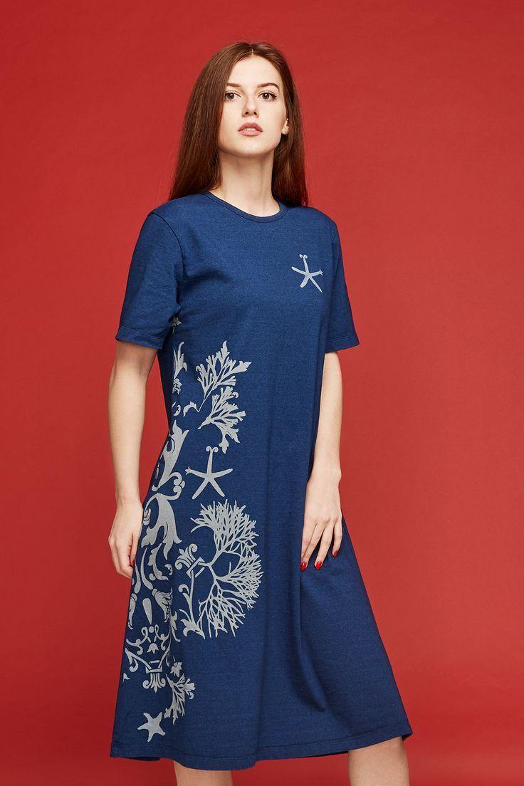 Платье трикотажное цвета индиго с принтом. Платье-футболка скользящего трапециевидного силуэта, с круглой горловиной, выполнено из 100 хлопкового трикотажа с нанесением авторского принта путем вытравки цвета. Прошло усадочную обработку