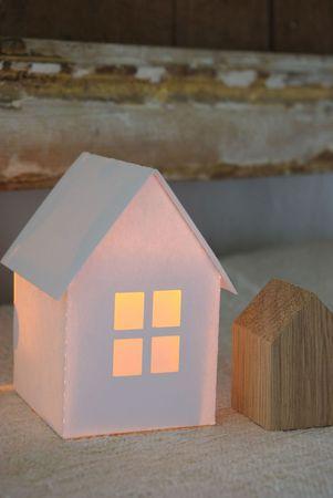 Maison en cartonnette blanche avec une bougie à LED (surtout pas une vraie !) à l'intérieur. Fenêtres en papier calque.
