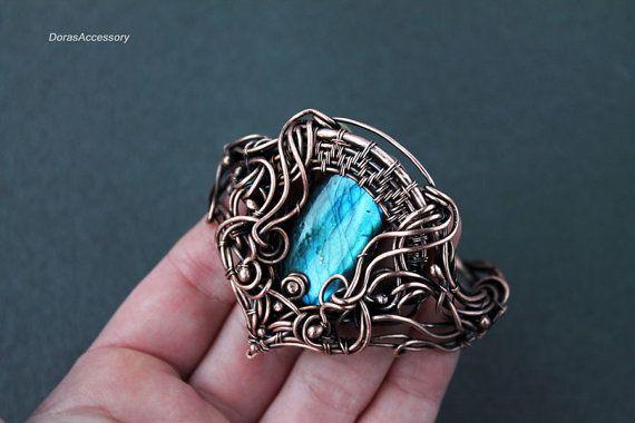 Bracciale di insolito massy filo rame con bella labradorite blu brillante. Il braccialetto è fatto da filo di rame puro e decorato con perline di