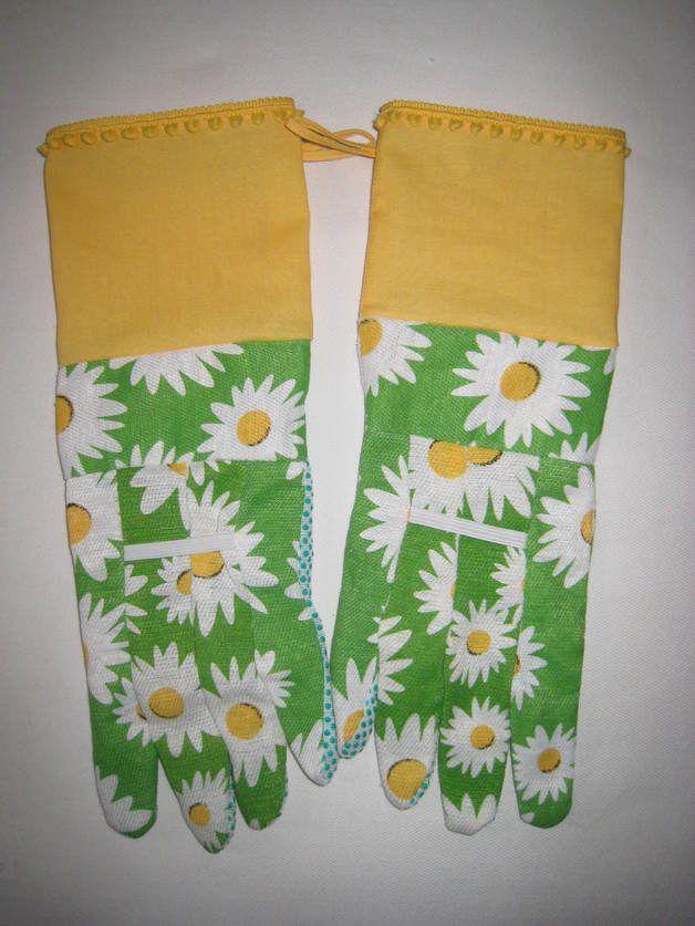 Wer sagt, dass man beim Gärtnern nicht gut aussehen kann? Diese grünen Handschuhe mit weiß-gelben Blumen sind mit einer gelben Stulpe und einer gelben Bommelborte verziert. Die Innenseiten der...