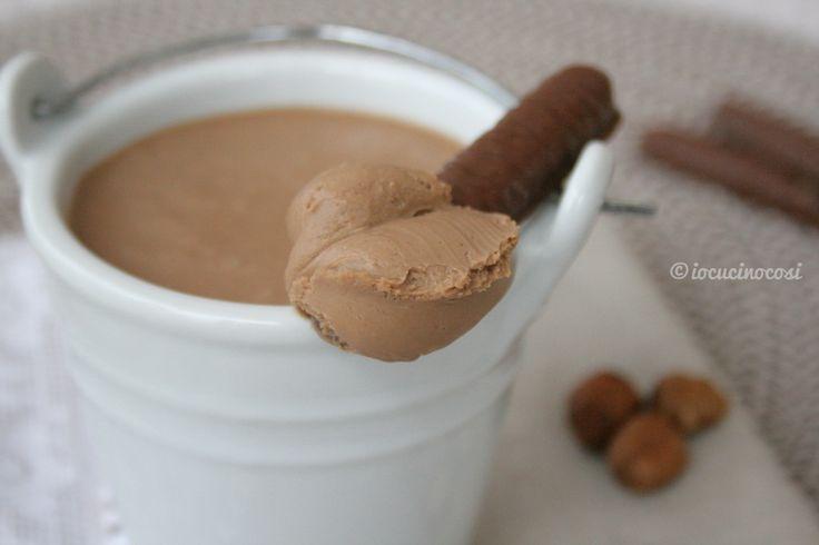 La namelaka alla nocciola è una crema morbidissima dal gusto deciso di nocciola e cioccolato.
