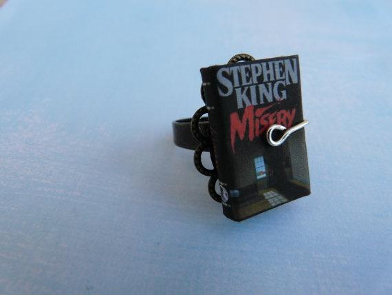 Anello con Libro in Miniatura Misery di ChocolatRose su Etsy, $18,00